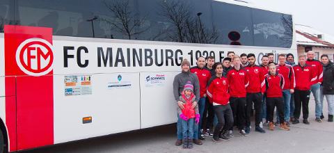 FC Mainburg mit Vereinsbus